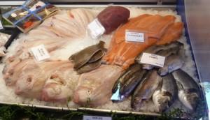 Een deel van het aanbod verse vis van de VisArend: zalm, forel, tonijn en schol.